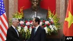 Ông Jim Mattis chào xã giao Chủ tịch nước Trần Đại Quang