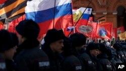 Cảnh sát Nga canh gác trong lúc những người ủng hộ Tổng thống Putin chống lại cuộc nổi dậy ở Ukraine và tố cáo rằng những nhà lãnh đạo Kyiv và Tây phương tạo ra cuộc xung đột với những phần tử đòi ly khai được Nga hậu thuẫn.