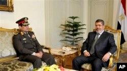 Menteri Pertahanan Jenderal Abdel Fattah al-Sissi (kiri) dan Presiden Mohammed Morsi dalam pertemuan di Kairo (foto: dok). Menhan Mesir mengeluarkan ultimatum terhadap Presiden Morsi dan oposisi, Senin (1/7).