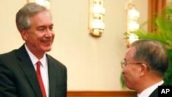 다이빙궈 외교 담당 국무위원과 악수를 나누는 윌리엄 번스 미 국무부 부장관