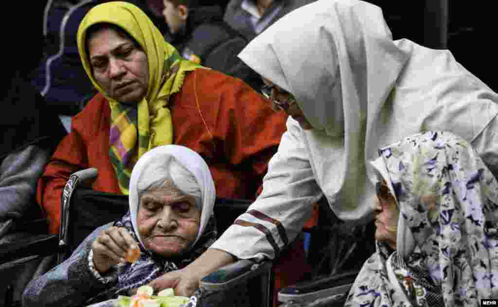 مراسم شب یلدا دوشنبه شب با حضور علی ربیعی وزیر کار رفاه و امور اجتماعی در آسایشگاه کهریزک برگزار شد