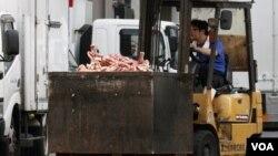Seorang pekerja mengangkut tulang-tulang sapi di sebuah pasar di Tokyo. Pemerintah Jepang melakukan inspeksi setelah daging yang diperkirakan berasal dari peternakan di Fukushima yang terkontaminasi radioaktif lolos ke pasaran.