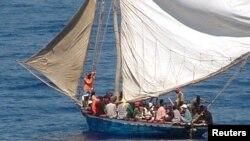 Refugiados haitianos en un bote sobrecargado en 2004. Este miércoles, un bote parecido dio vuelta provocando la muerte de 4 mujeres.