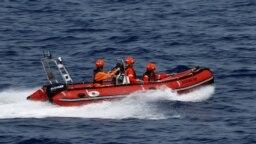 Awak kapal penyelamat migran LSM Sea-Eye Jerman 'Alan Kurdi' dalam latihan SAR di lepas pantai Afrika Utara, Laut Mediterania barat, 28 Agustus 2019. (REUTERS /Darrin Zammit Lupi). Enam Migran berhasil diselamatkan anggota SAR MSF di lepas pantai Libya, Senin (20/9).