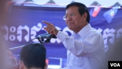 Kem Sokha talked to CNRP activists and supporters in Por Senchey district, west of Phnom Penh, on March 6, 2016. (Aun Chhengpor/VOA Khmer)
