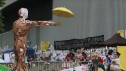 香港示威者抢救雨伞运动艺术作品
