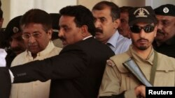 Cựu tổng thống Pakistan Pervez Musharraf rời tòa án ở Rawalpindi, 17/4/13