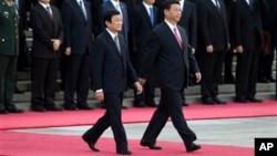 2013年6月19日,中国国家习近平陪同来访的越南国家主席张晋创(左)在北京人民大会堂检阅三军仪仗队