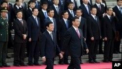 2013年6月19日,中國國家習近平陪同來訪的越南國家主席張晉創(左)在北京人民大會堂檢閱三軍儀仗隊