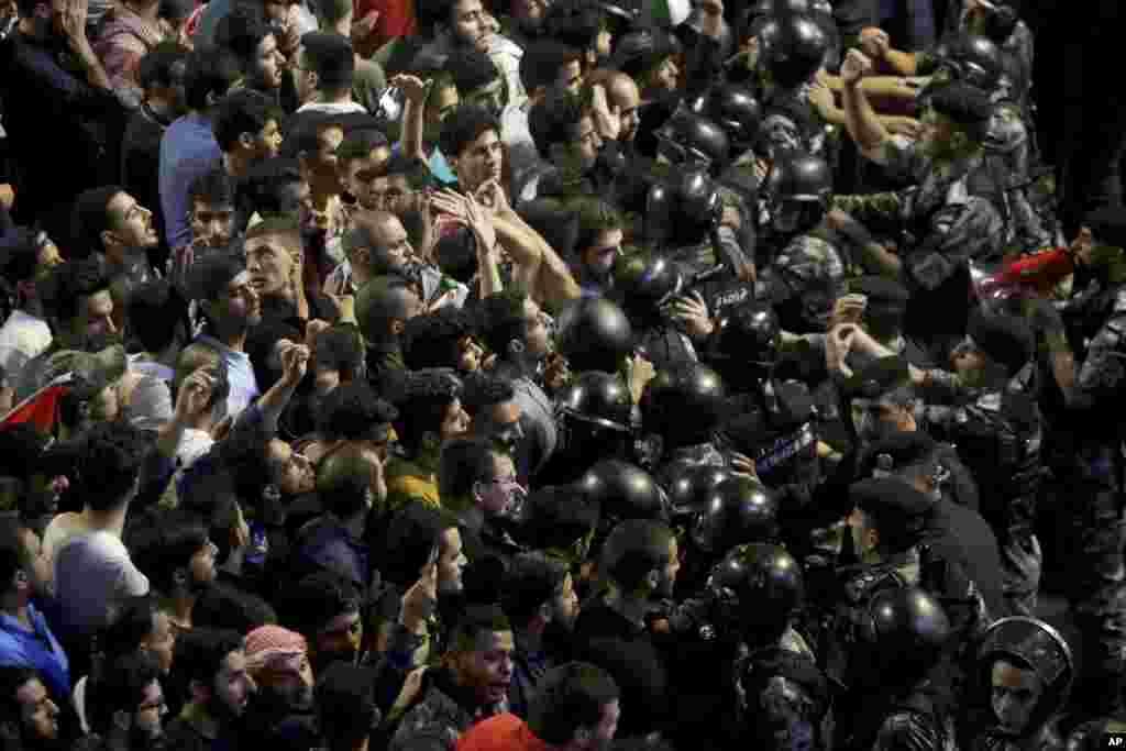 Ürdün'de polisle protestocular karşı karşıya geldi.