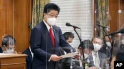 Kepala Sekretaris Kabinet Jepang Katsunobu Kato berpidato dalam sebuah komite di majelis rendah di Tokyo, Jumat, 11 Juni 2021. (Toshiyuki MatsumotoKyodo News via AP)