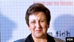Penerima hadiah Nobel perdamaian Shirin Ebadi, menerima hadiah atas nama wartawan Iran, Abdolreza Tajik.