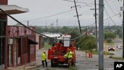 Crews prepare to repair damaged power lines in Oklahoma City, Oklahoma, April 29, 2017. Severe thunderstorms have toppled tree limbs and power lines and caused minor flooding across Oklahoma. Other southern U.S. states were more severely hit.