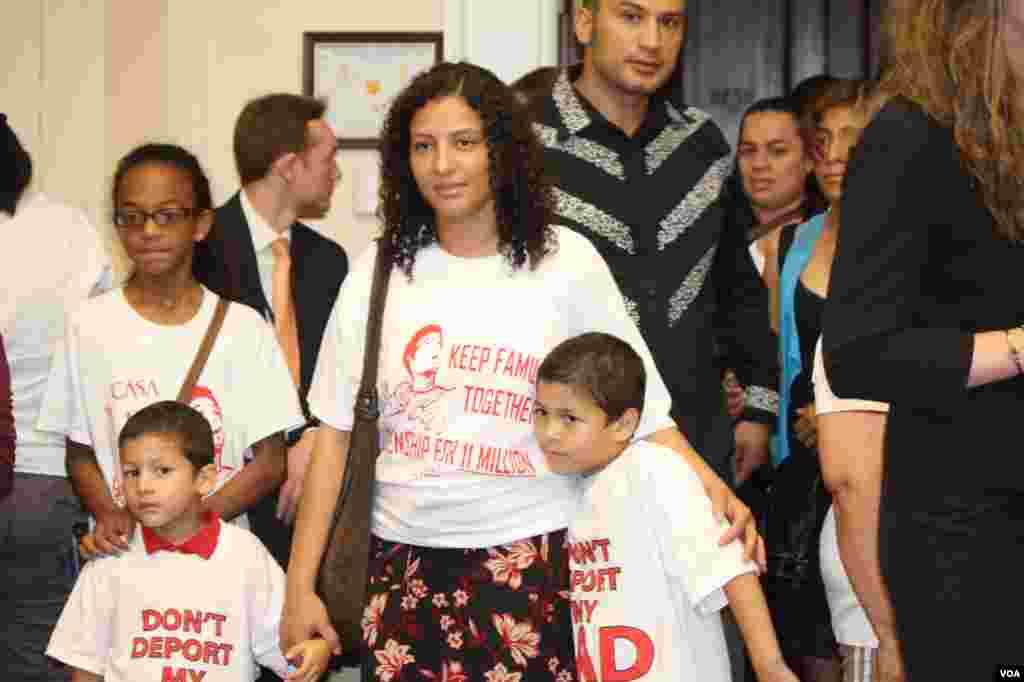 Los hijos de Angie González y su marido también han acudido al acto.
