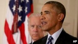 ປະທ່ານນາທິບໍດີ ສະຫະລັດ ທ່ານ Barack Obama ຢືນຢູ່ກັບຮອງປະທານາທິບໍດີ ທ່ານ Joe Biden.