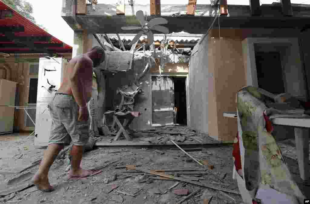 24일 이스라엘 남부에서 하마스의 로켓 공격으로 부서진 주택.