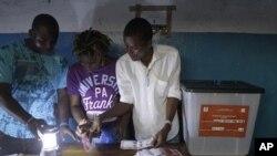 11月8号利比里亚总统决选计票工作在继续进行