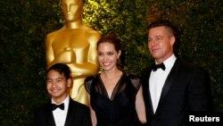 Diễn viên Hollywood Brad Pitt, Angelina Jolie và con nuôi Maddox Jolie-Pitt tại lễ trao giải Oscar, ngày 16/11/2013.