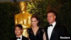 """انجلینا جولی و برد پیت به همراه پسر بزرگشان """"مداکس"""" در مراسم فرش قرمز اسکار ۲۰۱۳"""