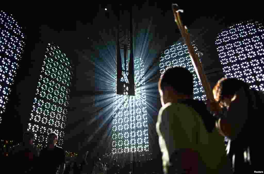 Catholic worshippers celebrate Good Friday inside the Our Lady of Aparecida Basilica in Aparecida do Norte, Sao Paulo, March 29, 2013.