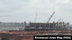 Revendications des ouvriers également au stade d'Olembe en construction à Yaoundé, à Yaoundé, 6 juillet 2018. (VOA/Emmanuel Jules Ntap)