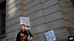 Un manifestante protesta afuera de la corte en Baltimore, donde un jurado delibera sobre el caso de William Porter, uno de seis policías acusados de la muerte del prisionero afroestadounidense Freddie Gray. Dic. 15, 2015.
