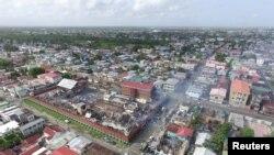 FILE - Sisa-sisa Penjara Camp Street yang terbakar saat terjadi kerusuhan, terlihat di Georgetown, Guyana, dalam foto yang dirilis tanggal 10 Juli 2017. Foto diambil dengan pesawat tak berawak.