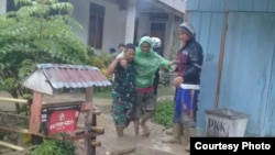 Personel TNI membantu evakuasi seorang warga desa Lengkeka, Kabupaten Poso, Sulawesi Tengah pasca peristiwa banjir bandan, 3 Maret 2020. (Foto : Twitter/@Agus Wibowo)