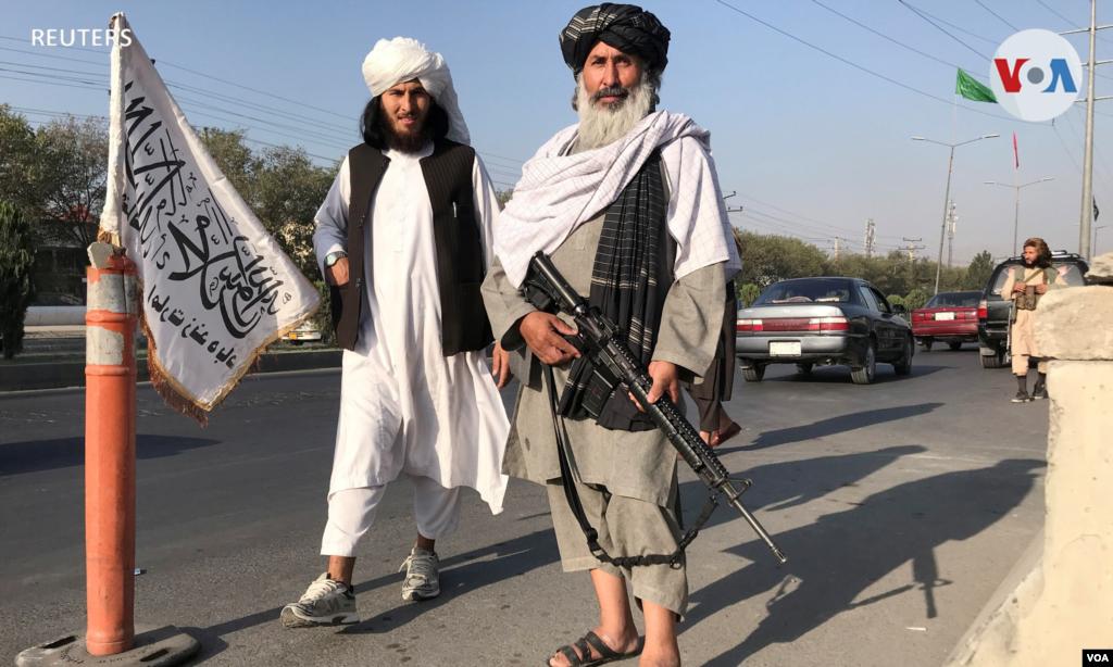 Combatientes talibanes frente al Ministerio del Interior en Kabul.