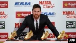 L'attaquant argentin de Barcelone Lionel Messi avec ses quatre Souliers d'Or lors de la remise du prix de 2017 à l'Estrella Damm d'Antigua Fabrica, Barcelone, 24 novembre 2017