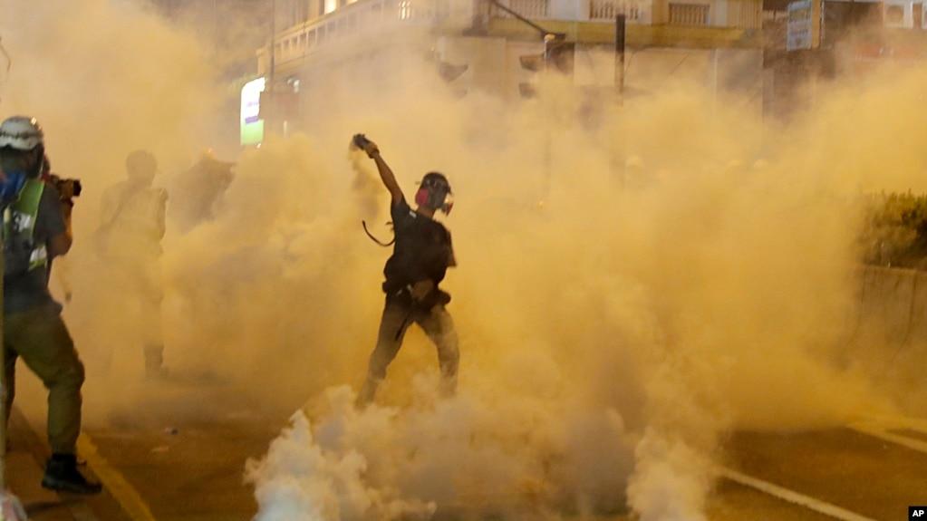 Người biểu tình ném lại đạn hơi cay trong một vụ đụng độ với cảnh sát ở Hong Kong, ngày 3 tháng 8, 2019.