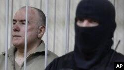 Mantan pejabat tinggi intelijen Ukraina, Olexiy Pukach (kiri) divonis bersalah dalam pengadilan di ibukota Kiev, hari Selasa (29/1).