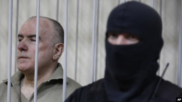 Bị can Olexiy Pukach (trái) tại phiên tòa tuyên án, trong thủ đô Kiev, Ukraina 29/1/13
