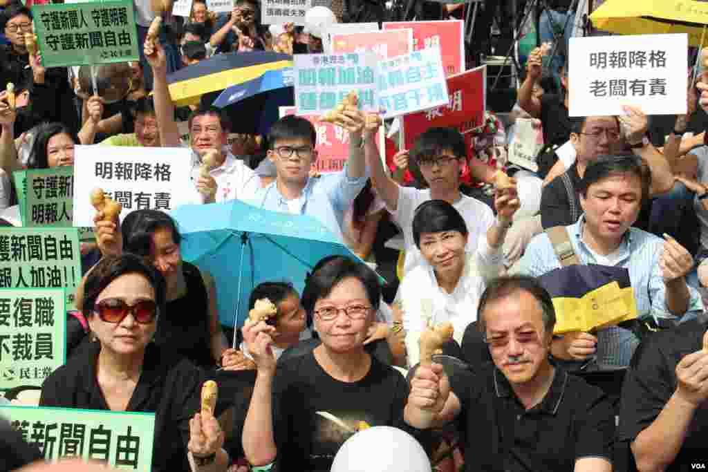 香港记者协会等8个传媒组织在明报工业中心外集会,声援明报员工,要求明报撤回解雇决定,并呼吁各界一同守护守护新闻自由及明报(2016年5月2日,美国之音海彦拍摄)