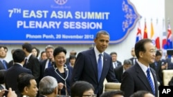 លោកប្រធានាធិបតីសហរដ្ឋអាមេរិក បារ៉ាក់ អូបាម៉ា ចូលរួមក្នុងសន្និសីទកំពូលអាស៊ីបូព៌ា East Asian Summit នៅវិមានសន្តិភាពក្នុងរាជធានីភ្នំពេញកាលពីថ្ងៃទី២០ ខែវិច្ឆិកា ឆ្នាំ២០១២។
