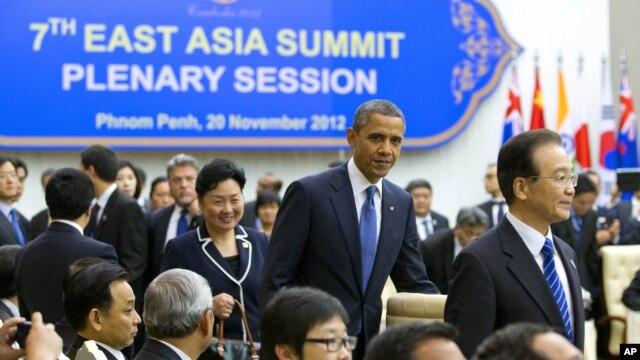 Tổng thống Mỹ Barack Obama đến dự phiên họp của Hội nghị thượng đỉnh Đông Á tại Cung Hòa bình ở Phnom Penh, Campuchia, 20/11/2012