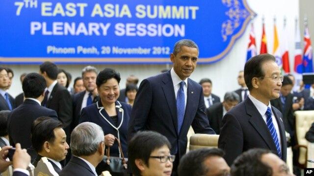 Tổng thống Mỹ Barack Obama đến dự phiên họp của Hội nghị thượng đỉnh Đông Á tại Cung Hòa bình ở Phnom Penh, Campuchia, ngày 20/11/2012.