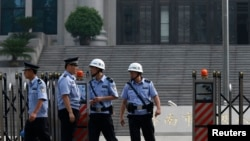 7月25日濟南中級法院門前的警察