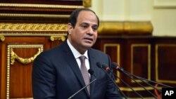 Trong bức ảnh này được cung cấp bởi hãng tin nhà nước Ai Cập MENA, Tổng thống Ai Cập Abdel-Fattah el-Sissi phát biểu trước quốc hội tại Cairo, ngày 13 tháng 2 năm 2016.