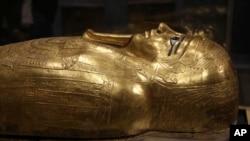 Peti emas bekas mumi Nedjemankh, seorang pendeta pada Zaman Ptolemeus sekitar 2.000 tahun yang lalu, dipajang di Museum Nasional Peradaban Mesir, di Kairo Lama, Mesir, Selasa, 1 Oktober 2019. (Foto: AP)