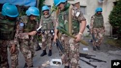Des casques bleus de l'ONU récupère des armes à Abidjan, Ivory Coast, (ACRCHIVES). .