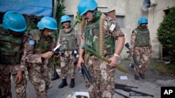 Les casques bleus réquisitionnent les armes de l'armé de Laurent Gbagbo à Abidjan, Côte d'Ivoire, le 11 avril 2011.
