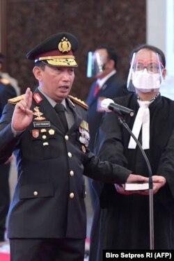 Jenderal Listyo Sigit Prabowo (kiri) sebagai Kapolri baru di Istana Presiden Jakarta, 27 Januari 2021. (Foto: Biro Setpres/AFP)