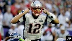 Quarterback New England Patriots, Tom Brady (12) memberi aba-aba kepada rekannya dalam pertandingan Super Bowl melawan Seattle Seahawks, Minggu (1/2) malam.