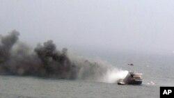 Hình ảnh do hải quân Ý cung cấp cho thấy trực thăng cứu hộ bay phía trên chiếc phà đang bốc cháy ở biển Adriatic, ngày 28/12/2014.