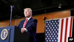 도널드 트럼프 미국 대통령이 22일 애리조나주 피닉스에서 열린 집회에서 연설하는 도중 청중을 둘러보고 있다.