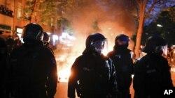 Policija tokom protesta povodom praznika Dana rada u Berlinu, 1. maj 2021. godinea (Foto: AP/Markus Schreiber)