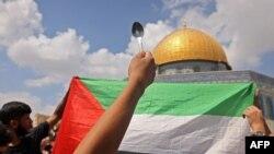 فلسطینی چمچے اٹھا کر اسرائیل کے خلاف احتجاج کر رہے ہیں۔