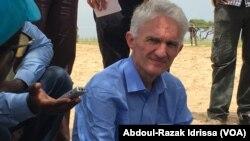 Mark Lowcock, en tournée dans le bassin du lac Tchad, au Niger, le 10 septembre 2017. (VOA/Abdoul-Razak Idrissa)