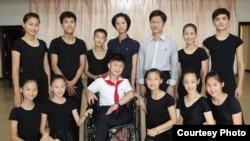 영국 런던에 있는 대북지원 민간단체 '두라 인터네셔널'이 북한의 장애 어린이와 청소년들의 영국 공연을 준비 중이다. 사진은 지난 2014년 8월 평양에서 공연 연습 중 포즈를 취한 북한 학생들.